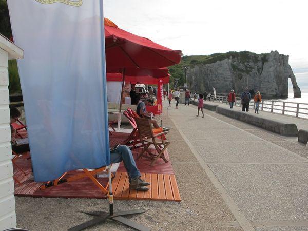 Lire à la plage à Etretat